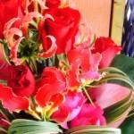5月10日は母の日ですね!グロリオーサと赤いバラのアレンジギフトです(^^)