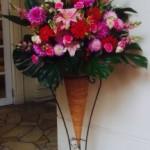 様々なご用途に会うようにスタンド装花も工夫してお贈りさせて頂いております。結婚式場などにもお贈りいたします!