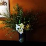 真っ白な百合の花を中心に飾りました!