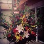 開店開業のお祝い装花です。春に向かい街並みも明るいですね!